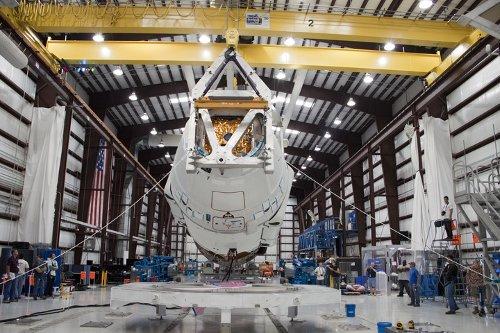 Instalacja kapsuły Dragon - 26.04.2012 / Credits - NASA/Jim Grossmann