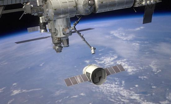 Wizja statku transportowego Dragon przechwytywanego przez manipulator SSRMS / Credits: NASA