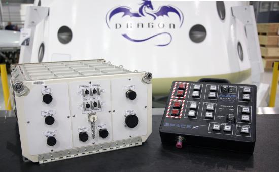 Jednostka komunikacyjna CUCU oraz panel kontrolny CCP / Credits: SpaceX