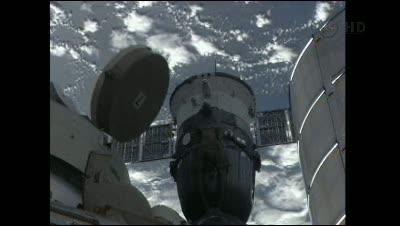 Godzina 09:20 CEST - widok na (jeszcze!) zacumowanego Sojzua TMA-22 / Credits- NASA TV