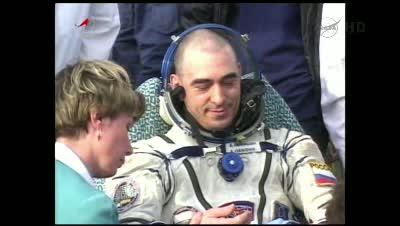 Anatolij Iwaniszyn poza kapsułą Sojuz TMA-22 / Credits - NASA TV