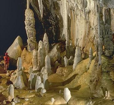 Komora Pearlsian Gulf jaskini Lechuguilla z kalcytowymi formacjami w tle. (Źródło: Wikipedia)