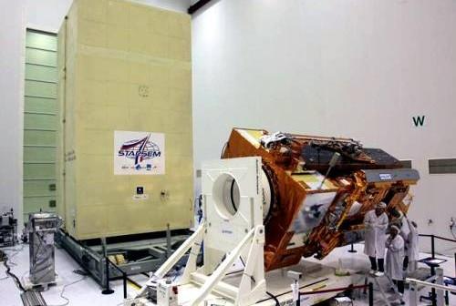 Europejski satelita pogodowy MetOp B w zakładach firmy Starsem / Credits: Starsem