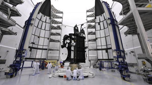 Montaż AEHF-2 w pomieszczeniach Air Force w Cape Canaveral na Florydzie/Credits: United Launch Alliance