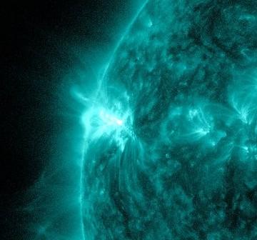 Obraz grupy 1476 na dwie minuty przed fazą maksymalną rozbłysku klasy M1.3 - 06.05.2012 / Credits - NASA, SDO