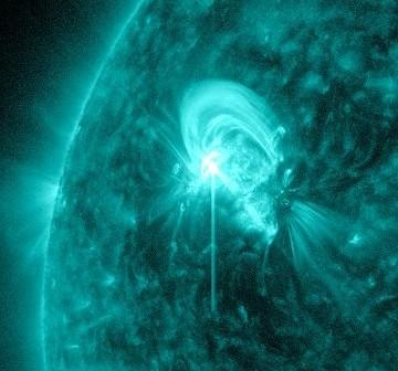 Osiem minut po fazie maksymalnej rozbłysku z 08.05.2012 / Credits - NASA, SDO