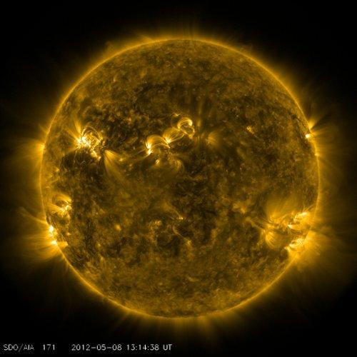 Widok Słońca sześć i pół minuty po fazie maksymalnej rozbłysku  z 08.05.2012 / Credits - NASA, SDO