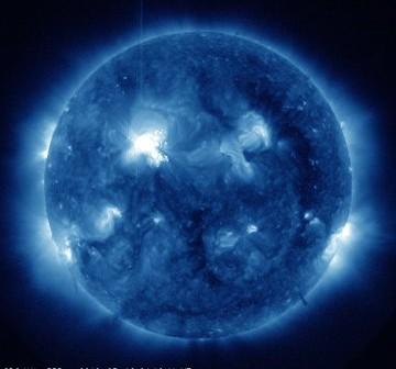 Na dwie minuty przed fazą maksymalną rozbłysku klasy M5.7 z grupy 1476 - 10.05.2012 / Credits - NASA, SDO