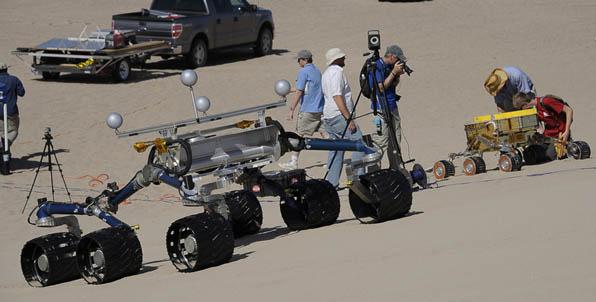 Model łazika Scarecrow wraz z obsługą z MSL/ Credits: Gene Blevins/LA Daily News