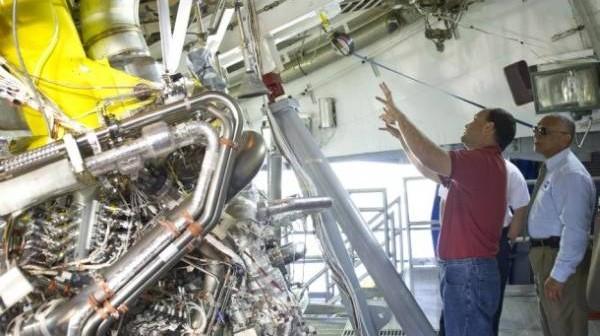 Dyrektor stanowiska testowego A-2 w ośrodku Stennis pokazuje administratorowi NASA (Charles Bolden) przygotowywany do drugiej serii testów silnik J-2X / Credits: NASA/SSC