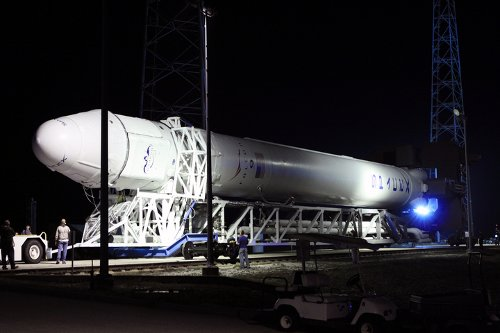 Operacja wyprowadzenia rakiety Falcon 9 na stanowisko startowe / Credits - NASA/Jim Grossmann