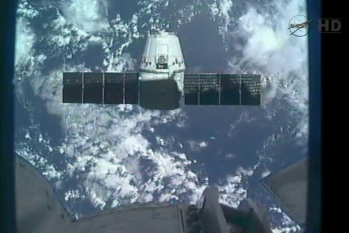 Dragon w odległości 30 metrów od stacji ISS. Widok z kamery umieszczonej na końcu manipulatora SSRMS / Credits: NASA TV