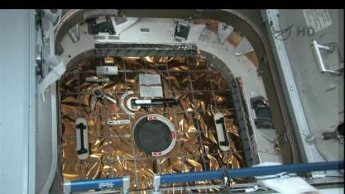 Podgląd z kamery znajdującej się w module Harmony na właz prowadzący do pojazdu Dragon (NASA TV)