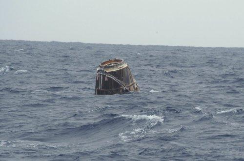 Statek Dragon w wodach Oceanu Spokojnego / Credits: SpaceX