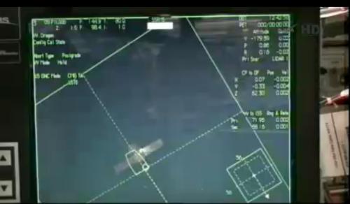 Aktualny podgląd na ekran na stacji ISS, gdzie widać statek Dragon oraz parametry związane z jego przemieszczaniem (m.in. odległości odczytywane przez dwa dalmierze LIDAR w lewej kolumnie na samym dole po prawej stronie ekranu) / Credits: NASA TV