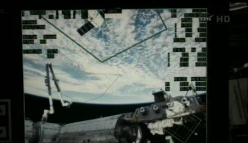 Podgląd na sekcję japońską stacji ISS, zbliżający się statek Dragon oraz ramię manipulatora SSRMS, przytwierdzone do modułu Harmony / Credits: NASA TV
