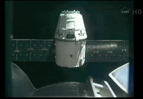 Dragon w odległości kilkunastu metrów od ISS / Credits: NASA TV