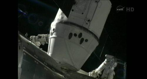 Pojazd Dragon w pozycji RTL, tuż przy module Harmony (NASA TV)