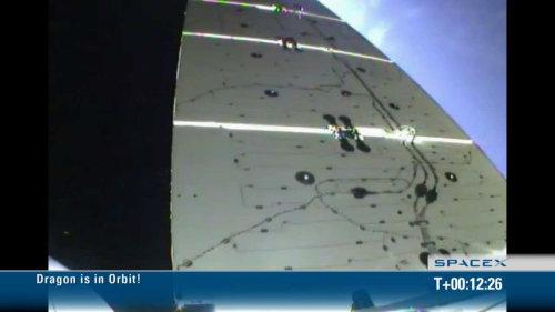 Jeden z dwóch rozłożonych paneli ogniw fotowoltaicznych, zainstalowanych na pokładzie pojazdu Dragon (SpaceX)