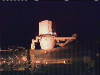 Godzina 09:24 CEST - ujęcie na kapsułę Dragon / Credits - NASA TV