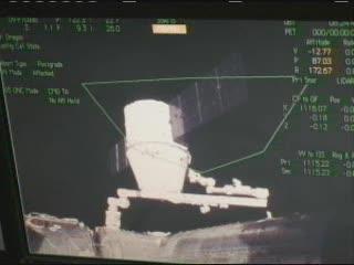 Widok na kapsułę Dragon na ekranie zainstalowanym na stanowisku w module Cupola (10:25 CEST) / Credits - NASA TV