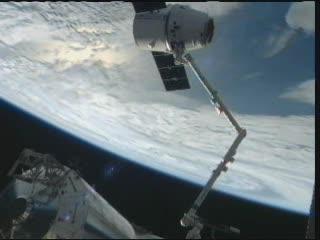 11:16 CEST - Dragon w pozycji przygotowującej do uwolnienia / Credits - NASA TV