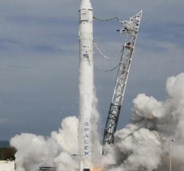 Próbne odpalenie silników przeprowadzone 30 kwietnia. Podczas tej próby wszystkie silniki działały zgodnie z założeniami / Credits: SpaceX