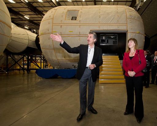 Robert Bigelow (Bigelow Aerospace) i Lori Garver - zastępczyni administratora NASA, przed makietą modułu BA-330 / Źródło: NASA