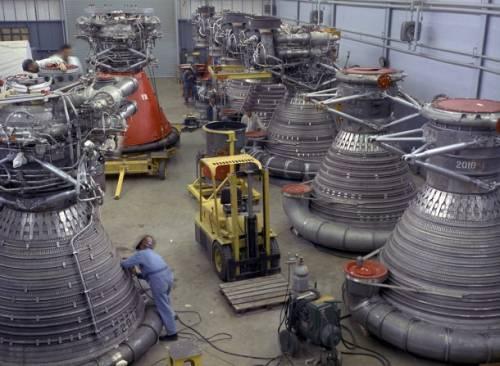 Przygotowywane do lotów silniki F-1 / Credits: NASA/MSFC