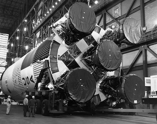 Dolny stopień rakiety Saturn V z pięcioma silnikami F-1 w hali montażowej VAB (misja Apollo 11) / Credits: NASA