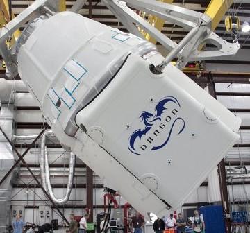 Kapsuła Dragon z przedziałem serwisowym podczas przygotowań do startu (źródło: SpaceX)