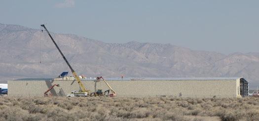 Zdjęcie z budowy hangaru w którym odbędą się prace nad nosicielem. Credit: Douglas Messier