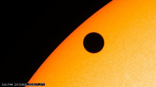 Wenus na tle tarczy Słońca - godzina 00:35 CEST / Credits - NASA, SDO