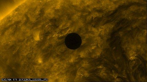 Godzina 01:32 CEST - widok na Słońce i Wenus / Credits - NASA, SDO