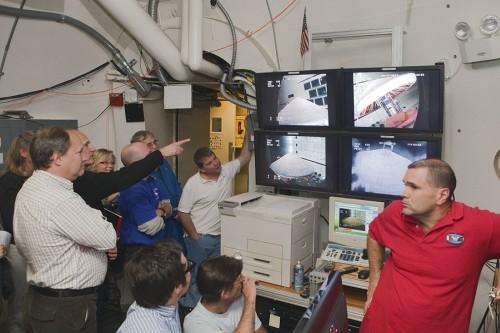 """Członkowie zespołu inżynierskiego IRVE-3 podczas testu w Transonic Dynamics Tunnel w Centrum Badawczym Langley. Osłona poddana została w nim warunkom panującym w górnej atmosferze. Jedynym """"problemem"""" okazała się niezdolność do symulowania oddzielenia od rakiety, dlatego noże uruchomiły się o zadanym czasie. Credit: NASA/Sean Smith"""