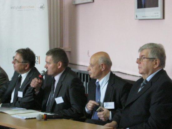 Od lewej: Daniel Sztandera (wice-prezydent Kalisza), Stanisław Sienko (wice-prezydent Rzeszowa), Tadeusz Baczko (PAN), Witold Wiśniowski (dyrektor Instytutu lotnictwa) w czasie dyskusji nad znaczeniem transportu lotniczego dla rozwoju Polski. Credits: Ela Zocłońska