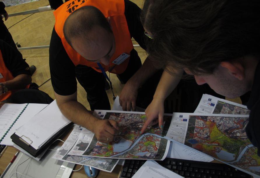 Ćwiczenia EU Carpathex 2011: strażacy korzystają z analiz i map satelitarnych powodzi wytworzonych w ramach progrmau SAFER / Credits: Regina Kozyra, CBK PAN