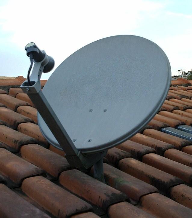 Antena satelitarna systemu Direct-To-Home (DTH) – najpopularniejszy sposób odbioru telewizji satelitarnej w gospodarstwach domowych.