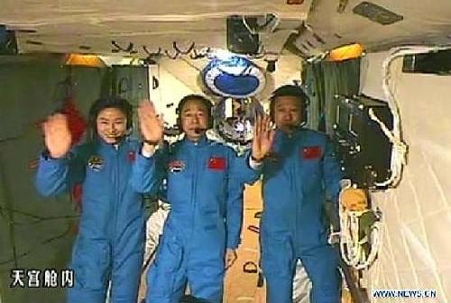 Załoga misji Shenzhou 9 wewnątrz modułu orbitalnego Tiangong 1 (Xinhua)