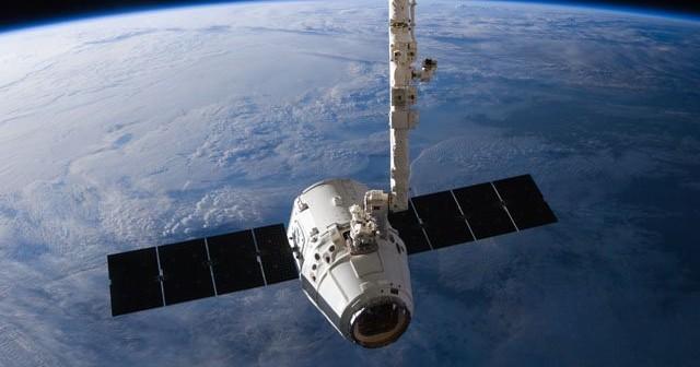 qStatek Dragon przechwycony przez manipulator CanadArm2. Zdjęcie z maja 2012 roku. / Credits: SpaceX