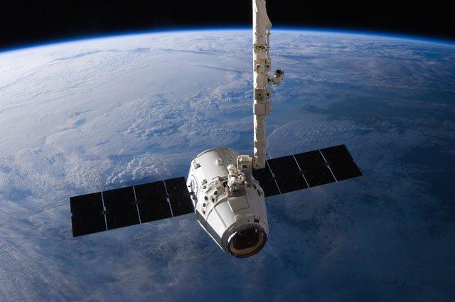 Kapsuła Dragon odsuwana od ISS przez SSRMS - 31.05.2012 / Credits - NASA