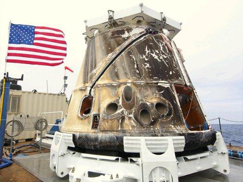Dragon po podjęciu na pokład okrętu - 31.05.2012 / Credits - SpaceX