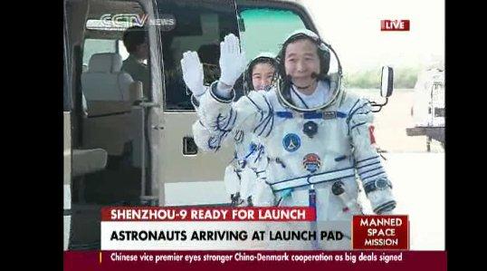 Załoga Shenzhou-9 dojechała do wyrzutni startowej / Credits - CCTV