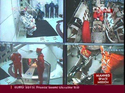 10:15 CEST - ujęcie na stanowisko startowe i tajkonautów / Credits - CCTV