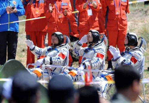 Załoga misji Shenzhou-9 po wyjściu z modułu powrotnego / Credits - CN