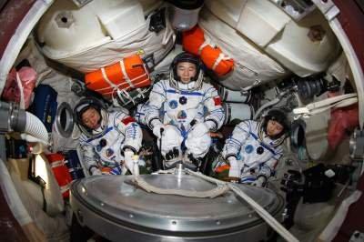 Załoga misji Shenzhou-9 wewnątrz kapsuły Shenzhou / Credits - Xinhua
