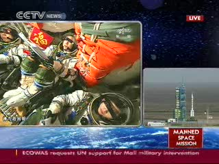 12:25 CEST - ujęcie na rakietę nośną i załogę wewnątrz kapsuły Shenzhou / Credits - CCTV