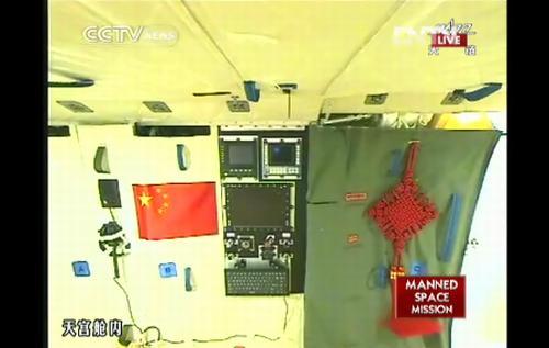 Podgląd z kamery zainstalowanej w Tiangong-1 na komputer pokładowy modułu, który chwilę później został uruchomiony przez załogę / Credits: CCTV