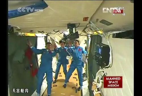 Cała załoga statku Shenzhou-9 w module Tiangong-1 / Credits: CCTV