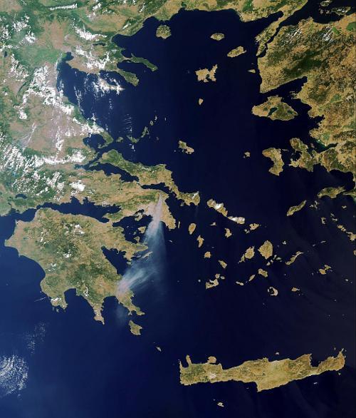 Zdjęcie pożarów w Grecji w 2009 roku, wykonane przez satelitę Envisat. Strumień dymu pochodzi od pożarów. / Credits - ESA, 2009